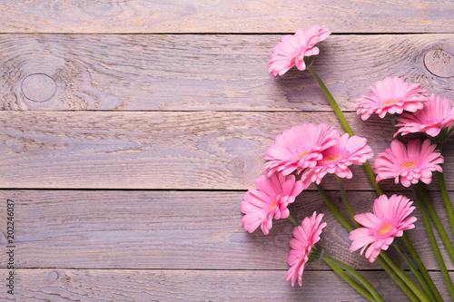 Blumenstrauß auf Holztisch  -  Hintergrund, Grußkarte für Muttertag, Geburtstag, Jubiläum