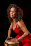 Ballerina cubana che suona la conga
