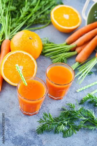 świeży sok z marchwi i pomarańczy