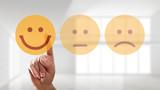 Finger wählt lächelnden Smiley aus