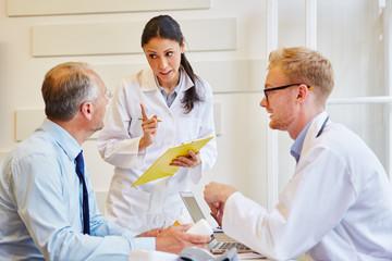Zwei Ärzte erklären die Therapie