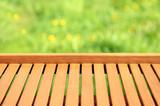 Tło, tekstura pionowych desek na tle kwiecistej łąki. - 202378035