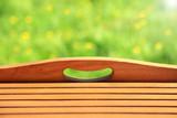 Tło, tekstura poprzecznych desek na tle kwiecistej łąki. - 202378239