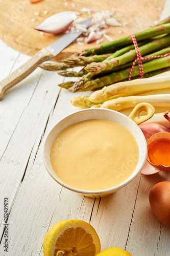 Hollandaise sauce with green and white asparagus