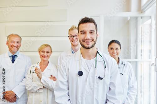 Junger Arzt und sein erfolgreiches Team