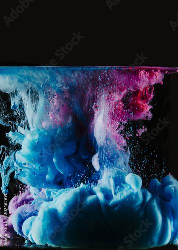 niebieskie-i-magenta-barwniki-w-wodzie