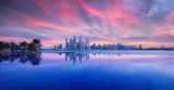 Wunderschöner Sonnenuntergang über das Zentrum Dubais. Fotografiert von