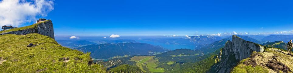 Großer Panoramablick vom Schafberg auf den Attersee im Salzkammergut (Österreich)