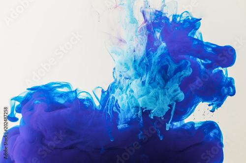 tekstury-z-plynacej-niebieski-i-turkusowy-farby-w-wodzie-samodzielnie-na-bialym-tle