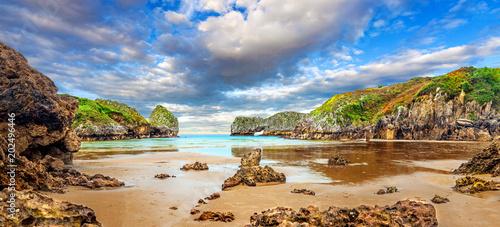 Impresionante e idilico paisaje de playa y mar en Cantabria.Acantilados y montañas.Puesta de sol y naturaleza salvaje