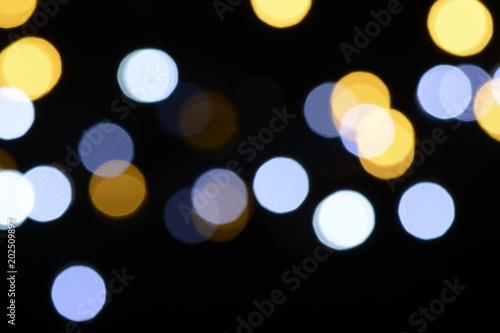 Luces desenfocadas sobre fondo negro