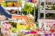 Blumenstand auf einem Wochenmarkt (stand mit blumen sortiment)