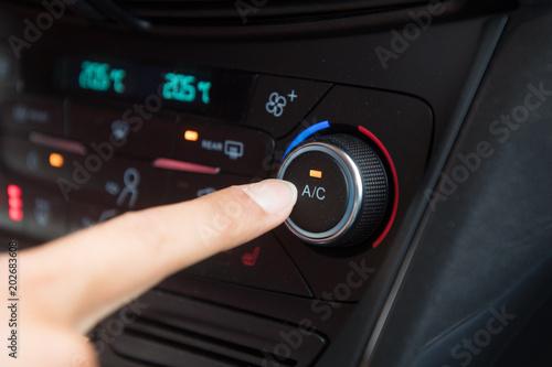 Włączanie i wyłączanie klimatyzacji w samochodzie