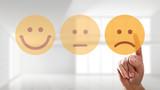 Finger wählt traurigen Smiley aus