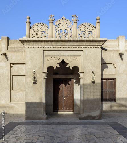 Ozdobne, arabskie drzwi, z misternymi rzeźbami, znajdujące się w Bastikiya, stary Dubaj, Zjednoczone Emiraty Arabskie