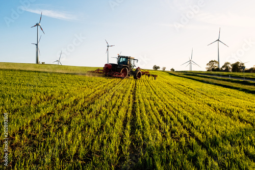 Aluminium Trekker windkrafträder auf feld mit traktor