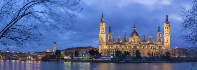 Zaragoza - The panorama with the bridge Puente de Piedra and Basilica del Pilar at dusk.
