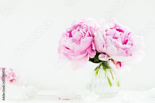 Świeża wiązka różowe peonie na białym drewnianym tle