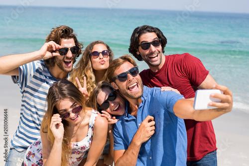 Foto Murales Young friends taking selfie at beach