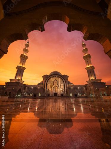 Plexiglas Rood paars Mosque Masjid Wilayah Persekutuan at sunset. Kuala Lumpur, Malaysia
