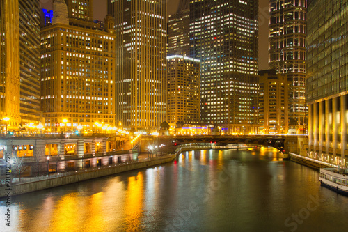 Plexiglas Chicago Yellow lights reflecting on the buildings and water of the Chicago River at night.