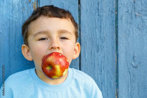 Kind kleiner Junge Apfel Frucht Textfreiraum Copyspace draußen