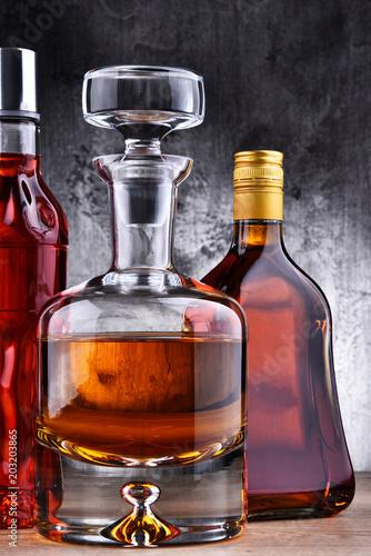 karafka-i-butelki-roznych-napojow-alkoholowych
