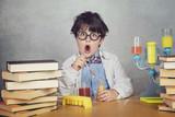 niño científico sobre fondo gris - 203240890