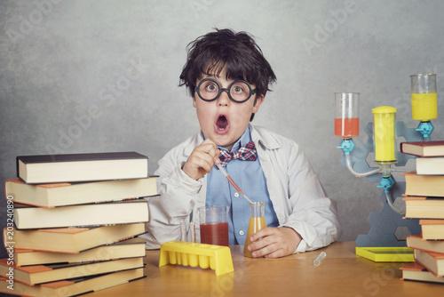 Fototapeta niño científico sobre fondo gris