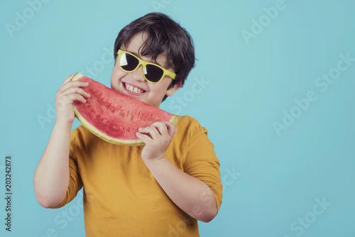 niño sonriente con una sandia