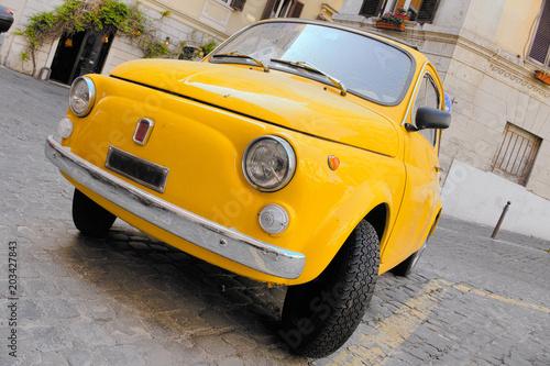 Ikonowy rocznika żółty włoski samochód, zabawka lubi