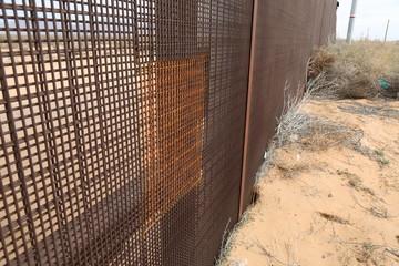 Migración ilegal, migrantes cortan la malla que divide a Estados Unidos de México ,  © davidpeinado