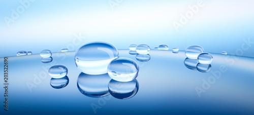 Leinwanddruck Bild Wassertropfen auf blauer Spiegelung