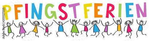 Kinder springen hoch mit bunten Buchstaben PFINGSTFERIEN, Schulferien, Freude, Strichmännchen