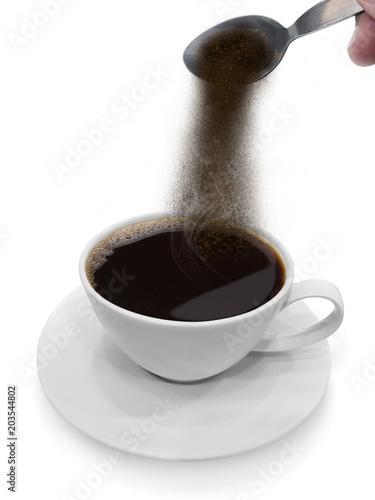 reka-nalewa-kawe-rozpuszczalna-z-lyzki-w-kawie
