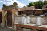 Milchkanne vorm alten Bauernhof - 203546004