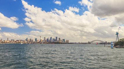 Stadtpanorama von Sydney mit Opernhaus und Harbour Bridge fotografiert vom Wasser aus im März 2015