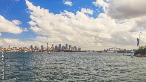 Plexiglas Sydney Stadtpanorama von Sydney mit Opernhaus und Harbour Bridge fotografiert vom Wasser aus im März 2015