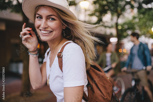 Obraz na płótnie Attractive woman enjoying outdoors with friends at the back
