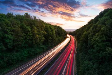 Autobahn mit Autospuren