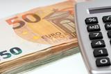 Finanzen / viele Geldscheine und Taschenrechner - 203625419