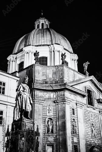 pomnik-karola-iv-i-kosciol-sw-franciszka-z-asyzu