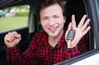 Quadro Mann freudig im Auto mit Autoschlüssel