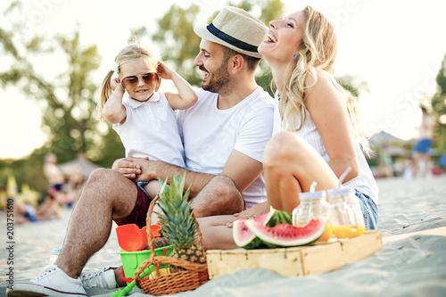 Fototapeta Family enjoying beach