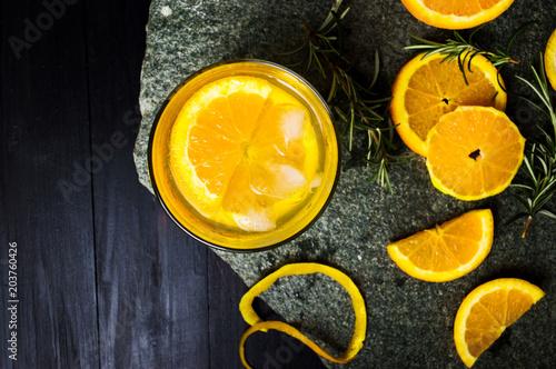 Sok pomarańczowy z kawałkami owoców
