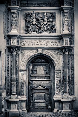 drewniane-drzwi-wejsciowe-starego-domu