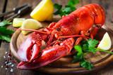 Odparowany czerwony homar na drewnianej tnącej desce z pietruszką i cytryną