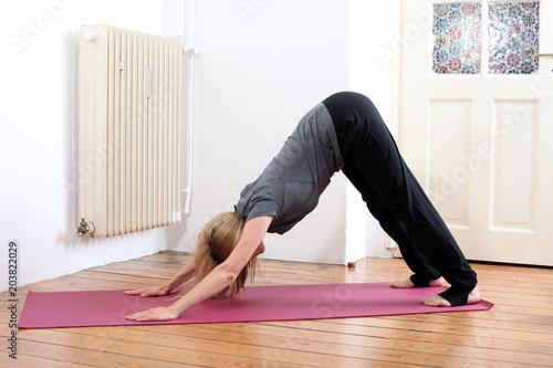 Aluminium School de yoga Junge Frau macht Yoga Zuhause