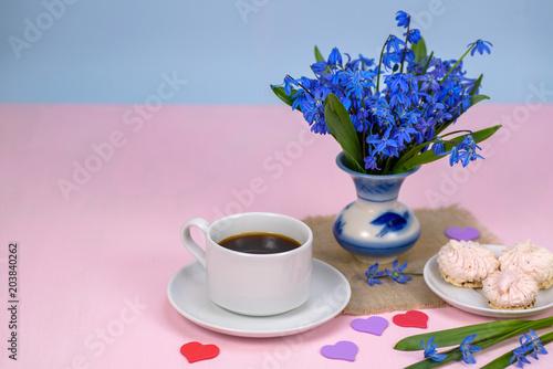 Rano, kawa i deser, wiosenne kwiaty na różowym tle. Skopiuj miejsce.