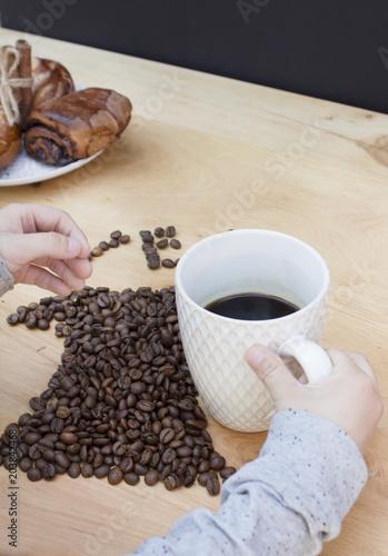 rece-dzieci-wziac-filizanke-kawy-na-drewniane-tla